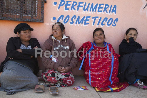 Mexico, Indigenous women wait as farm workers demonstrate their support for their independent association, The Alianza. Leaders try to negotiate wage increases with the government. The workers are almost all indigenous Mixtec and Triqui migrants from Oaxaca, in southern Mexico. - David Bacon - 2015-06-04