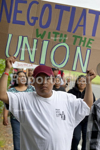 Negotiate with the Union, Boycott Driscolls, migrant farm workers demanding Trade Union recognition march to Sakuma Farms, a large berry grower in Washington. The workers and their supporters are demanding that the company bargain a contract with their union, Familias Unidas por la Justicia (FUJ). The workers are migrants from Oaxaca. Burlington, USA - David Bacon - 2015-07-11