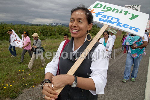 Blanca Velasquez a AFL-CIO organiser with farm workers demanding Trade Union recognition march to Sakuma Farms, a large berry grower in Washington. The workers and their supporters are demanding that the company bargain a contract with their union, Familias Unidas por la Justicia (FUJ). The workers are migrants from Oaxaca. Burlington, USA - David Bacon - 2015-07-11