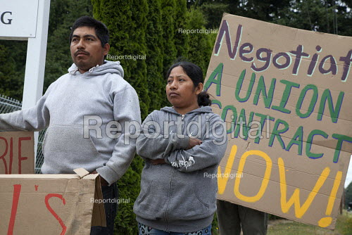 Migrant farm workers demanding Trade Union recognition at Sakuma Farms, a large berry grower, Burlington, Washington, USA. The workers and their supporters are demanding that the company bargain a contract with their union, Familias Unidas por la Justicia (FUJ). The workers are migrants from Oaxaca. - David Bacon - 2015-07-10