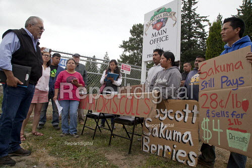 Pete Maturino, Agriculture Division of UFCW Local 5 speaking to Migrant farm workers demanding Trade Union recognition at Sakuma Farms, a large berry grower, Burlington, Washington, USA. The workers and their supporters are demanding that the company bargain a contract with their union, Familias Unidas por la Justicia (FUJ). The workers are migrants from Oaxaca. - David Bacon - 2015-07-10