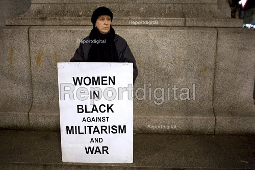 Women in Black weekly silent vigil at the Edith Cavell Statue, London. - Duncan Phillips - 2011-02-02