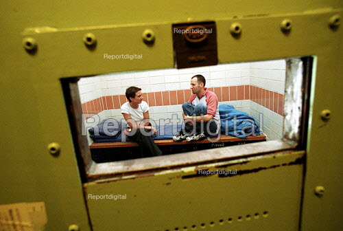 Drugs advice worker counsels an arrested prisoner in a police cell to offer help and advice and help stem drug related crime - Duncan Phillips - 2002-01-18