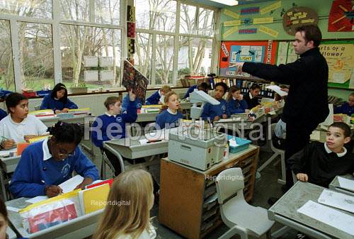 Primary Teacher in a lesson at a C of E primary School, Islington North London - Duncan Phillips - 2002-02-05