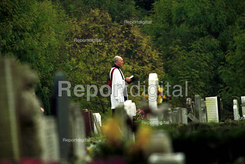 Priest reading Last rites East Finchley Cemetery London - Duncan Phillips - 2002-06-15