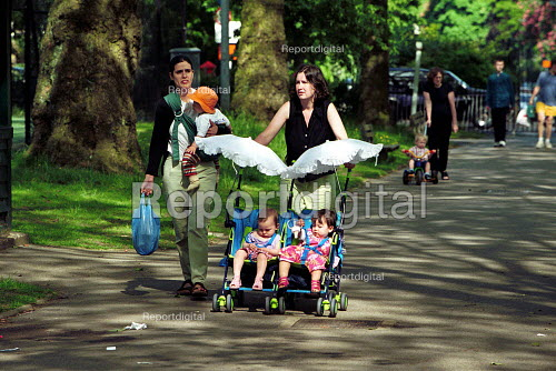 Mothers with children walking in London Park - Duncan Phillips - 2002-07-15