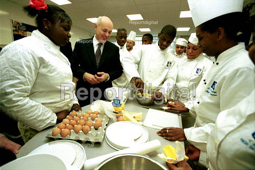 Iain Duncan Smith meeting secondary school catering pupils, St Augustines School, Camden, London - Duncan Phillips - 2002-12-05