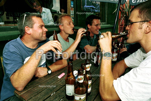 Lunchtime drinking outside a pub Islington London - Duncan Phillips - 2001-08-15