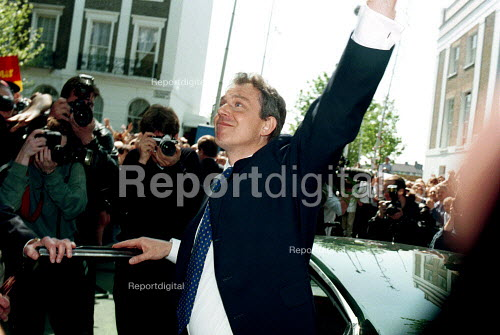 Tony Blair outside his Islington Home after the 97 election victory. - Duncan Phillips - 1997-05-05