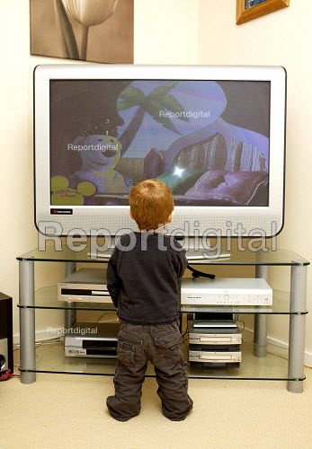 Child watching a large screen TV - Duncan Phillips - 2007-03-02