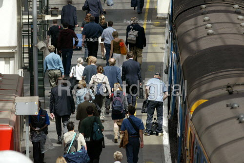Passengers departing a train onto the platform at Waterloo Station - Duncan Phillips - 2003-05-29