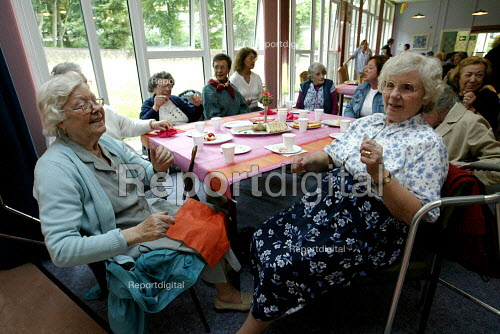 Pensioners at a drop in centre. London - Duncan Phillips - 2003-06-29