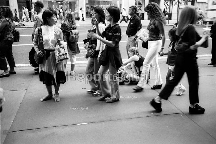 Woman walking down the street, New York City. USA - Duncan Phillips - 2002-08-13