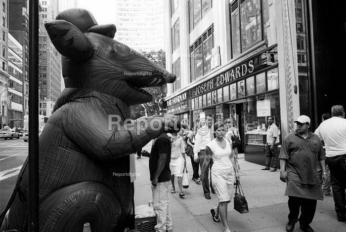 Inflatable Rat. New York City. USA. - Duncan Phillips - 2002-08-13