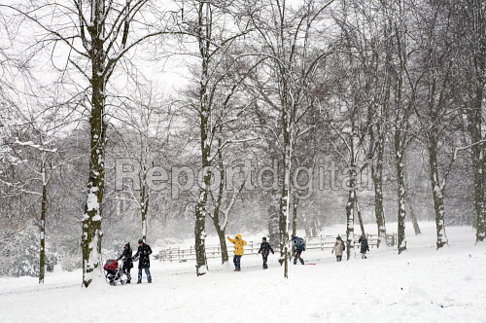 People enjoying the snow, Alexandre Palace, London. - Duncan Phillips - 2009-02-02