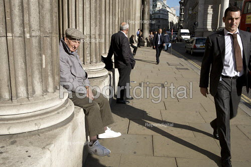 Old man sitting outside The Bank of England in the city of London financial district. - Duncan Phillips - 2008-10-22