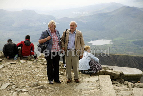 Elderly couple at the summit of Mount Snowdon, North Wales. - Duncan Phillips - 2011-08-03
