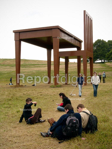 People admiring The writer by Giancarlo Neri. A griant table and chair, Hampstead Heath London. Giancarlo Neri chose the heath, one of most popular parks, after hearing of its artistic heritage. The Naples born Italian artist used six tons of steel and 1,000lb of wood to create the giant sculpture. - Duncan Phillips - 2005-04-17