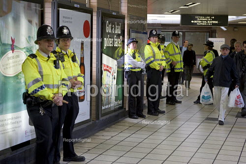British Transport Police, out in force at Highbury & Islington Station in a crackdown on fare evasion and crime - Duncan Phillips - 2005-04-17