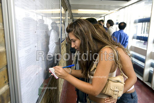 A Level Results at a FE college, Kingsway, North London - Duncan Phillips - 2005-08-18