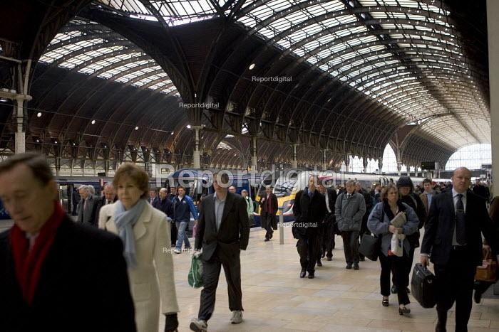 Commuters arriving at Paddington Station, London - Duncan Phillips - 2006-03-20