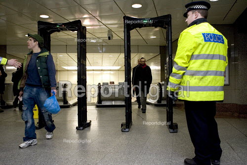 Police using a portable metal detectors to check passengers leaving the London Underground for illegal weapons - Duncan Phillips - 2006-03-21
