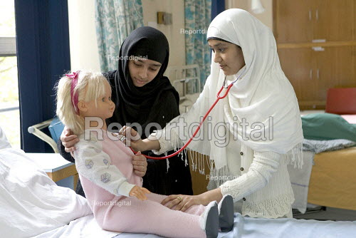 Student Nurses studying paediatric care, in London. - Duncan Phillips - 2005-05-02