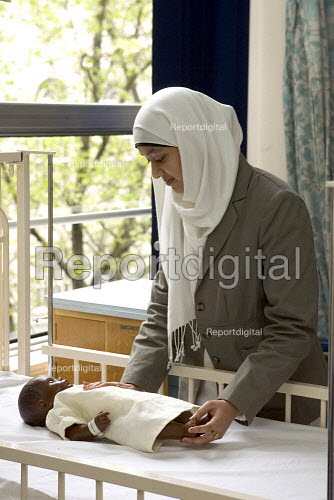 Student Nurse studying paediatric care, in London. - Duncan Phillips - 2005-05-02