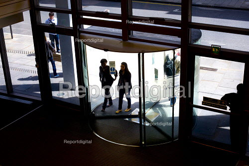 Students entering Cass Business School, in London. - Duncan Phillips - 2009-05-22