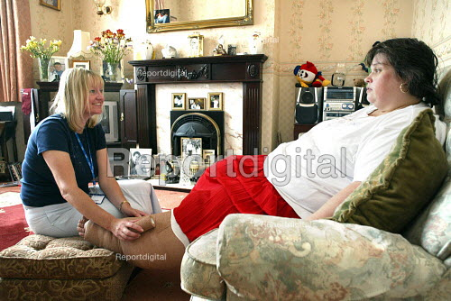 Community Nurse treating a patient at home in East London. - Duncan Phillips - 2004-07-28