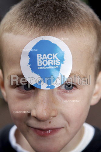Young Child with Boris Johnson who is campaigning for conservative candidate for mayor of london. - Duncan Phillips - 2007-09-21