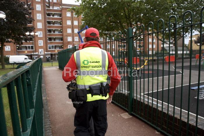 Street Wardens patrolling a housing estate Camden London - Duncan Phillips - 2007-09-21