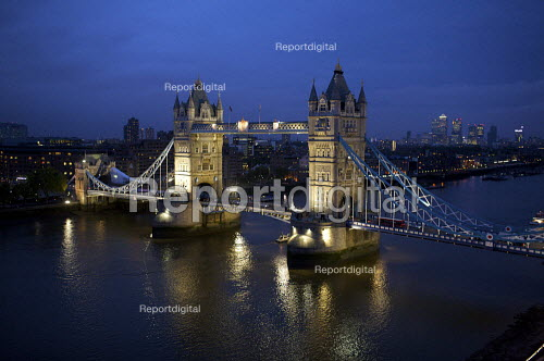 Tower bridge at night, London - Duncan Phillips - 2009-05-27