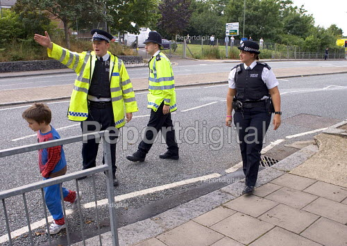 Residents being evacuated to behind police lines, as anti terrorist police search an abandoned car believed to belong to suicide bomber. East Finchley London - Duncan Phillips - 2005-07-26