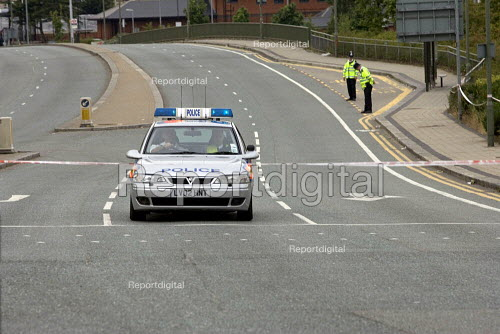 Police close A1000, as anti terrorist police search an abandoned car believed to belong to suicide bomber. east Finchley London - Duncan Phillips - 2005-07-26
