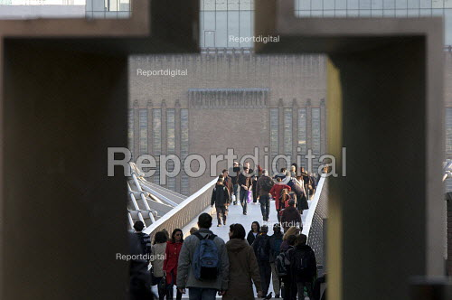 Crowds crossing the Millennium Bridge, London - Duncan Phillips - 2009-03-18