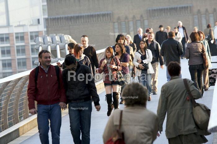Crowds crossing the Millennium Bridge, London - Duncan Phillips - 2009-03-18