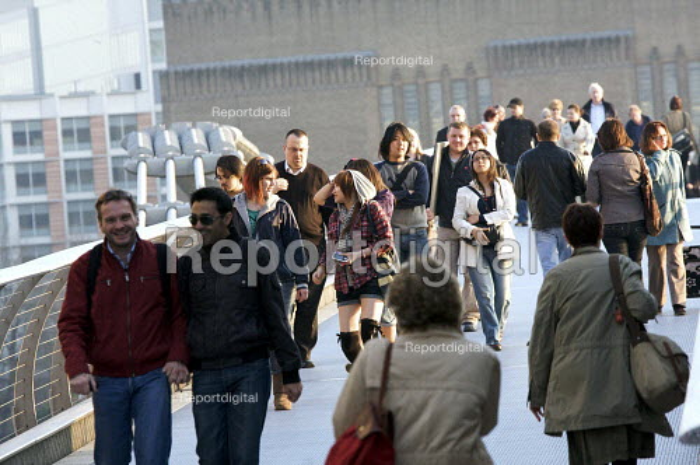 Crowds, crossing the millenium bridge, London - Duncan Phillips - 2009-03-18