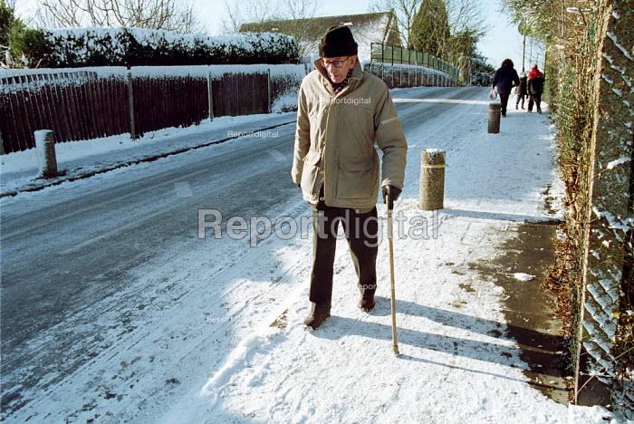 Elderly Gentleman carefully walking on an ungritted street, London - Duncan Phillips - 2003-01-31
