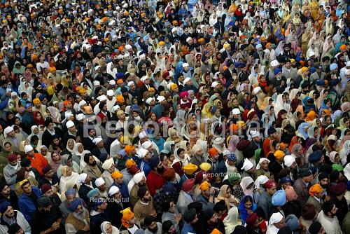 Sikh worshipers at the opening of the new Gurdwara Temple in Southall, the largest sikh temple in Europe. - Duncan Phillips - 2003-03-30