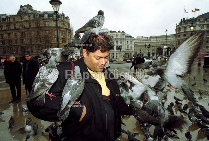 Man feeding pigeons Trafalger Square London - Duncan Phillips - 2001-01-18