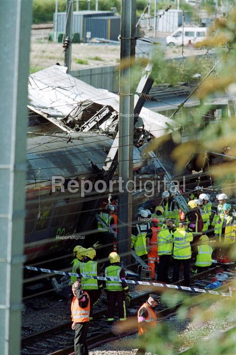 Emergency services remove bodies at the scene of Paddington Rail Crash - Duncan Phillips - 1999-10-06