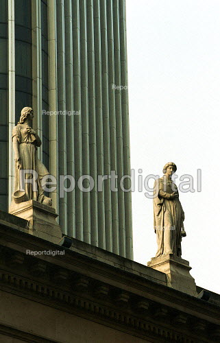Statues on an old Bank with Tower 42 in the Background. Bishopsgate City of London - Duncan Phillips - 2003-03-05