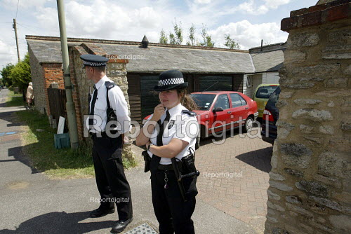 Police Officers outside the Southmoor home of David Kelly the MOD Scientist found dead in a nearby wood. - Duncan Phillips - 2003-07-20