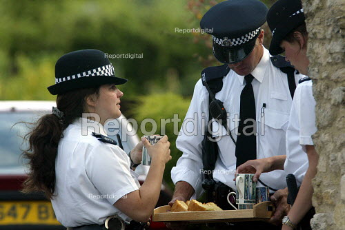 Police Officers having a Tea break outside the Southmoor home of David Kelly the MOD Scientist found dead in a nearby wood. - Duncan Phillips - 2003-07-20