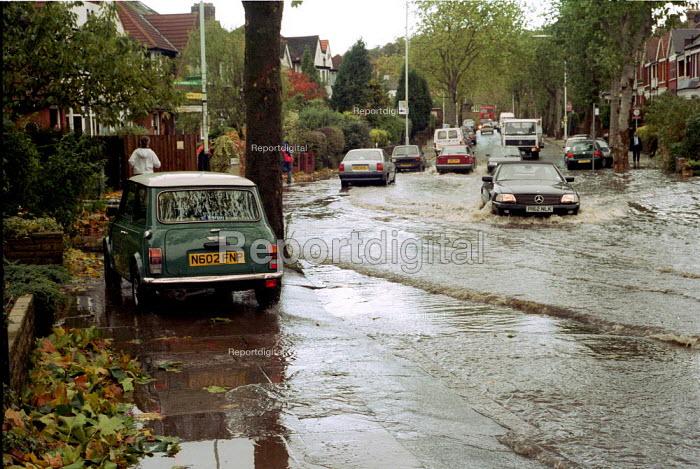 Flooding due to heavy rainfall. London - Duncan Phillips - 2000-04-18