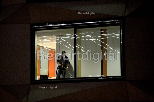 Cleaner working late in the City of London - Duncan Phillips - 2010-03-30