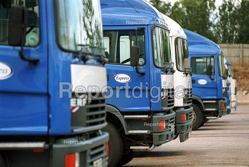 HGV vehicles parked in loading bays at a chilled food products distribution centre, Express Chilled Distribution. - John Harris - 2000-08-02