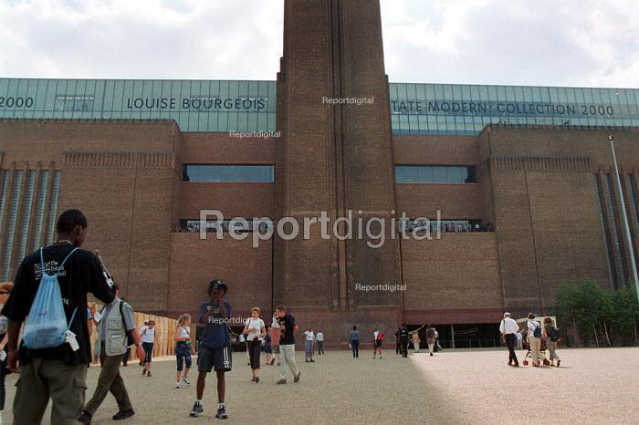 Tourists visiting the Tate Modern, Louise Bourgeois. - John Harris - 2000-08-11