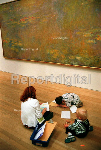 Tourists visiting the Tate Modern, family drawing and painting from Monet oil painting. - John Harris - 2000-08-11